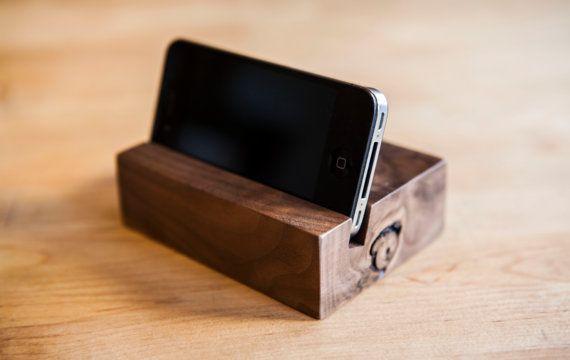 AUF Lager und bereit zum Schiff  Klare Linien und eine moderne Ästhetik. Betrachtungswinkel ist für den Einsatz auf einem Zähler nach oben, Nachttisch oder Schreibtisch in eine stehende Position und funktioniert gut in entweder hoch-oder Querformat optimiert. Während das iPhone im stehen ist es einfach eingesteckt und wie eine Docking-Station verwendet werden kann.  Kompatibel mit dem iPhone 4, 4 s, 5. (Nur kompatibel mit dem iPhone 5, wenn Sie einen Fall verwenden. Wenn Sie einen Fall nicht…