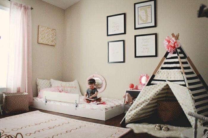 chambre montessori, lit au sol, titpi en enfant, rayures noir et blanc, ruban rose, tapis de jeu, deco murale, parquet stratifié marron