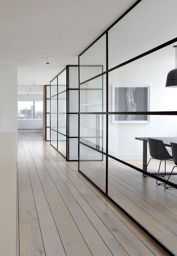 Stalen kozijnen toegepast als scheidingswand in kantoorpand.