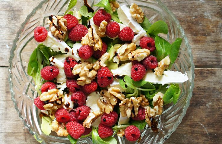 Gewoon wat een studentje 's avonds eet: Zomerse salade van veldsla met frambozen, brie, walnoten, avocado en dressing