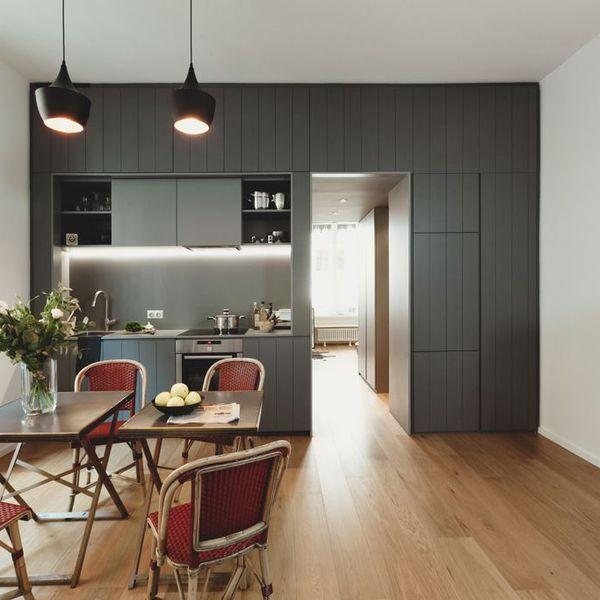 Une cuisine discrète et minimaliste qui s'ouvre sur la salle à manger