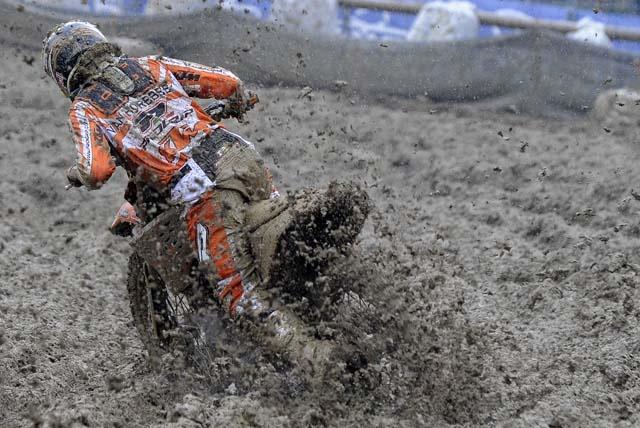 conduire uen moto cross dans la boue (ben quoi ?)