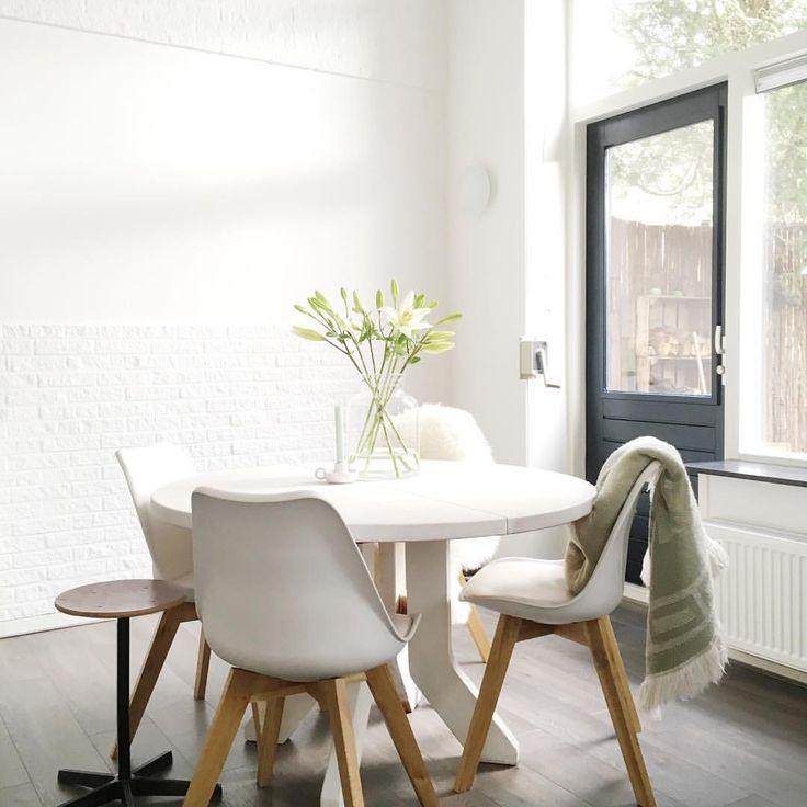 Easy like sunday morning ☕️ eerst even lekker ontbijten met broodjes van de markt & daarna bezig met de binnenkijker voor @yourlittlehome.nl ! Fijne (zon)dag  #myhome #interior #interiør #interieur #interior123 #whiteliving #witwonen #teleukhout #diningroom #flowers #søstrenegrene #green #mintgreen #kringloopgeluk #kringloop #ikea #ikeanederland #schoolkruk #vintage #oudeschool #sun #sunday #wood #lelies #ilovemyinterior #housifynl