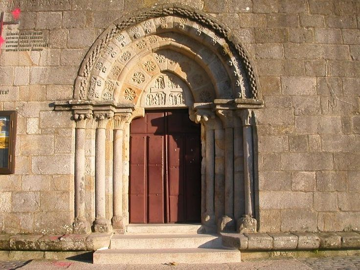 Portada da Igrexa de Santa María de Castrelos, Vigo (Pontevedra)