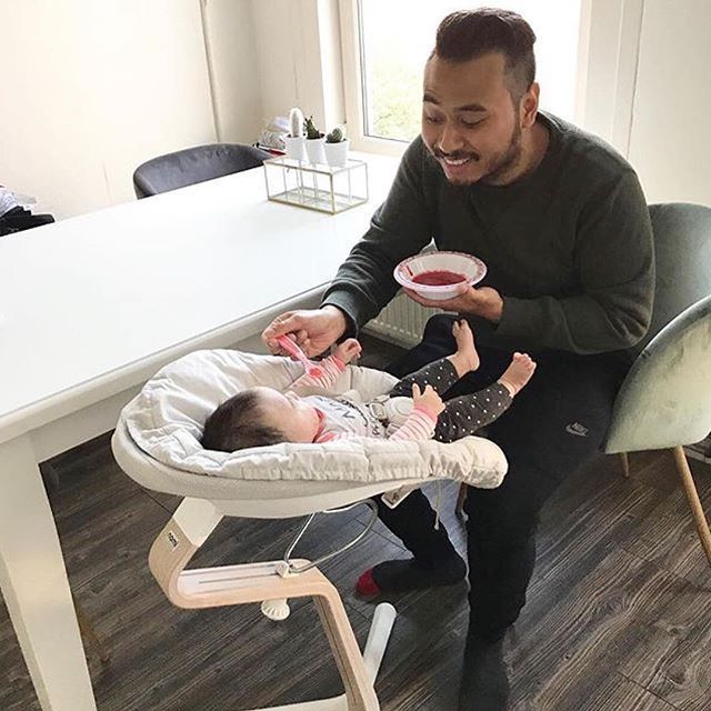 First 🥔 without bib?! This dad is a true daredevil! 🙈 But he put his little princess in her Nomi highchair, and that's the best start for a succesful meal of course. 😉 💪🏻 - thx for sharing, @fashion_by_sen!