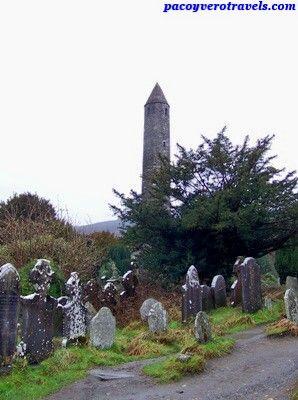 Cementerio y torre redonda de Glendalough #irlanda #dublin http://www.pacoyverotravels.com/2014/05/excursion-glendalough-wicklow-desde-dublin.html