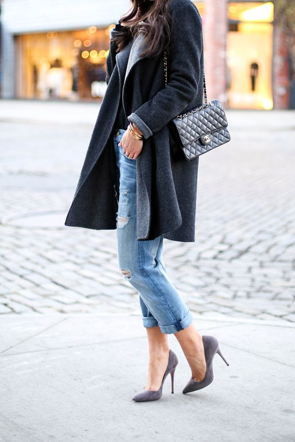 Boyfriend jeans, pumps, wool coat