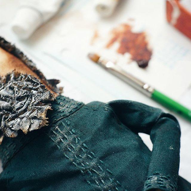 """#шьюстарца   И последняя операция - тонирование одежды.    Зачем? #ящитаю , что с дополнительной обработкой одежда выглядит более """"настоящей"""". Как? Сначала чуть влажными пальцами """"обминаю"""" одежду по кукле. Закладываю складочки на сгибах рук, подмышками. Далее тонирую масляными красками, почти сухой кистью. Затемняю края одежды, в глубине складок, бока под рукавами. Высветляю заломы складок, """"вышивку """". Затем красками добавляю объема крыльям. По той же схеме: в тени затемняю коричневой…"""