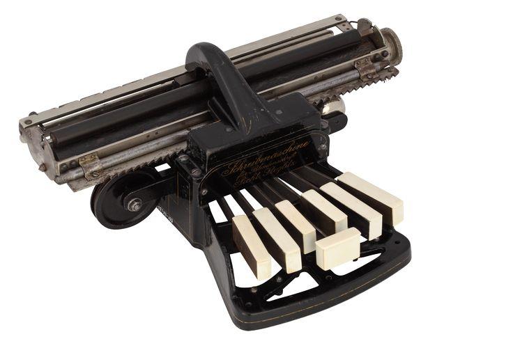 """""""Picht"""" - maszyna do pisania alfabetem Braille'a dla niewidomych, Muzeum Inżynierii Miejskiej / """"Picht"""" - Braille typewriter for the blind, The Municipal Engineering Museum"""