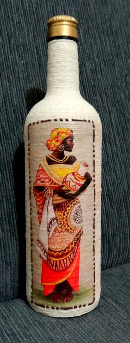 Linda garrafa de vidro revestida com barbante e decorada com decoupagem, motivo africano.