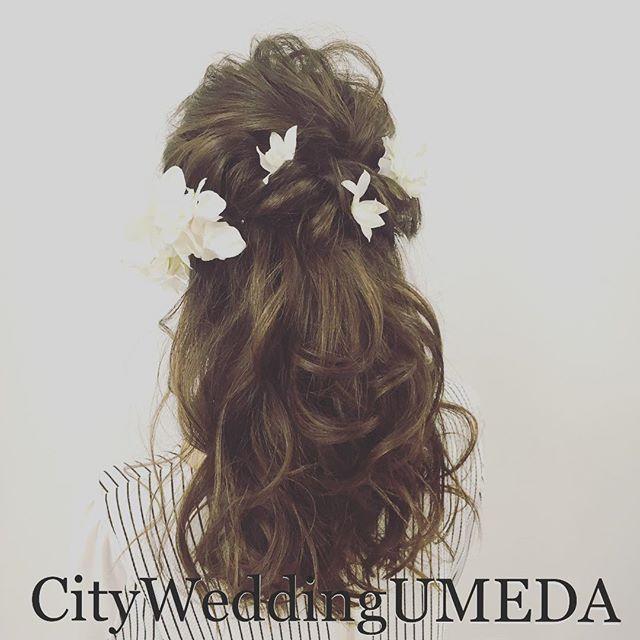【ビーチ撮影用ハーフアップ】 お花を使ってふわふわハーフアップ❤️ ハワイで結婚式をされる花嫁様のカルテを作成させて頂きました❤️ @toffymori.hairmake でたくさん更新しております。 こちらもフォローお願いします❤️ 《ヘアメイクカルテ作成》 髪飾りなどが決まっていなくても大丈夫!ヘアメイクと一緒にご相談承ります(^^) 1style ¥15000 事前にヘアメイクリハーサルを行い、当日再現して頂けるように事細かいカルテであり 指示書を作成致します。 ヘアメイク心配だけど、持ち込みは出来ない という国内挙式の方にもたくさんご利用頂いています。 #ハワイ #沖縄 #フランス #サントリー島 #ボラボラ島 #オーストラリア などなど全国へお作りしたヘアメイクカルテが羽ばたき、海外のヘアメイクさんによって再現して頂いています。 #CityWeddingUMEDA #wedding #ブーケ #ヘアメイク #結婚式準備 #結婚式 #ブライダル #ウエディング #pronovias #antonioriva #weddingdress #re...