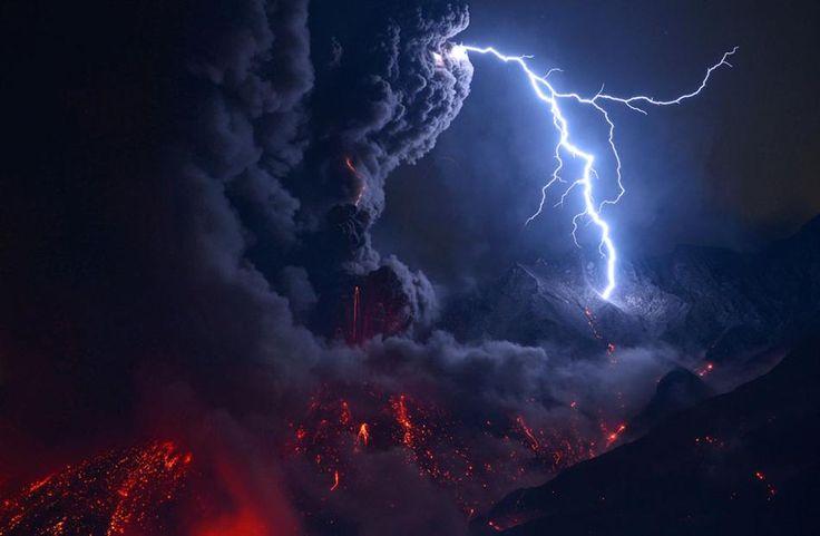 桜島の爆発的噴火(鹿児島県鹿児島市桜島)