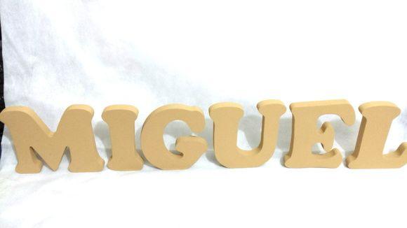Letras de MDF decoradas para mesa. Preço referente a cada letra. 12 cm x 15mm  ATENÇÃO: NOMES COM LETRAS MAIÚSCULAS E SEPARADAS.  Caso queira aplicar peças no nome o valor será cobrado a parte. Poderá ser feito aplicação de mini pérolas, pedrinhas nos estilo strass, florzinha, bonequinhos, biscuit...  Atualmente muito usado para decoração de mesa de bolo em festas, etc. Também poderá ser usado para decoração de quarto de bebê...  Poderá ser feita com nomes, sobrenomes ou o que sua imaginação…