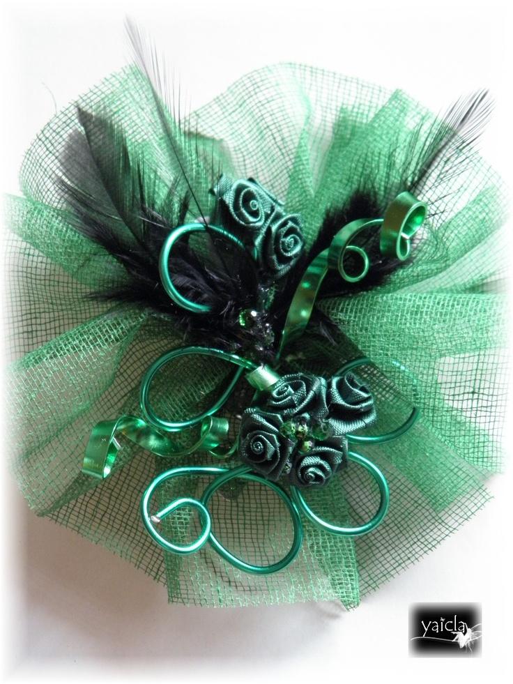 tocado en color verde esperanzala base es de un tejido parecido al sinamai