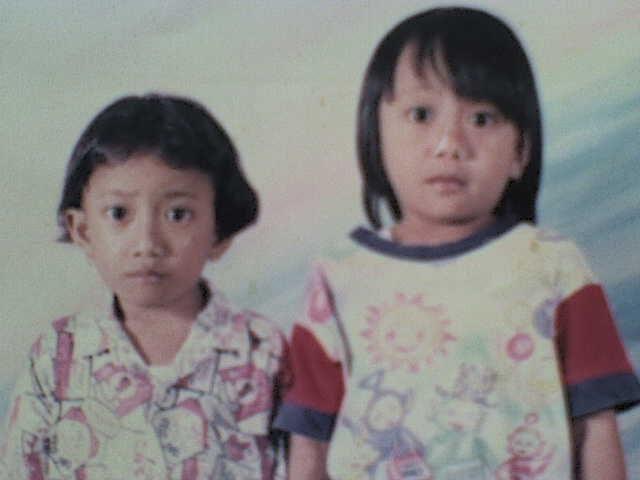 foto masa kecil :D hayoo Jeli yg mana? Jeli yg tinggi :)