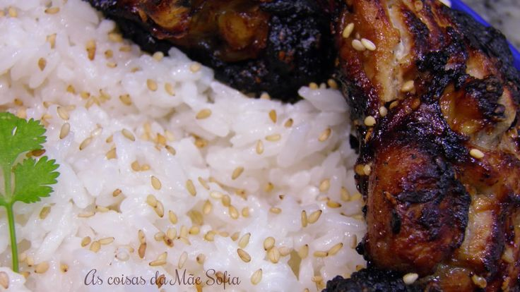 Coxas de frango grelhadas à coreana com arroz de coco