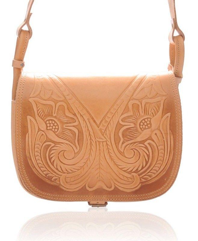 Geanta West Flower. Designul floral, în relief, face din această geantă ceva special. Dacă îţi place acest model, recomandă-l prin Happy Share și primești 4% din vânzările rezultate.