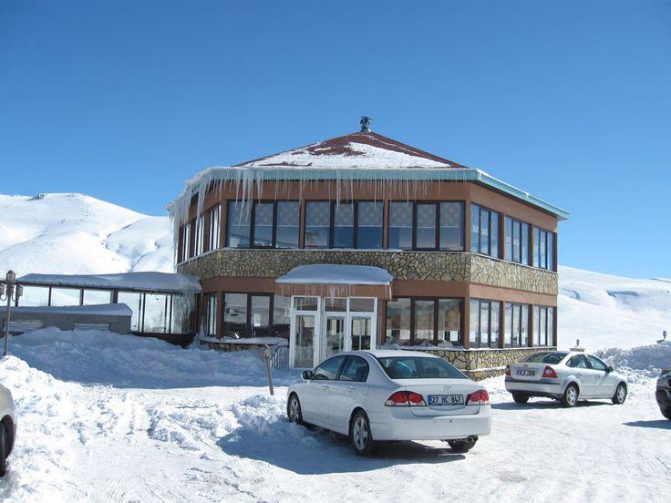 #Kayak  keyfini doruklarda yaşamak isteyenler, #Erciyes Dağlarının eteklerinde  bulunan Mirada Del Lago #Hotel   ve çevresindeki güzellikleri ile dolu dolu eğlenceli bir tatil için sizleri bekliyor.  bit.ly/mngturizm-mirada-del-lago-hotel    #mngturimle #kayak #tatil #otel #kayseri
