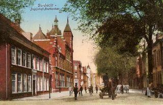 Hier de achillespees van de stad. Als in Dordrecht gesproken wordt over oude gebouwen die nooit afgebroken hadden mogen worden dan komt altijd het Oude Postkantoor ter sprake . Om even te laten zien hoe het er toen uit zag deze kaart. Behalve mooie gebouwen valt verder op dat ook het natuurschoon niet werd vergeten.De bomen geven het Bagijnhof een schitterend aanzicht .Later werden deze bomen opgeofferd aan het oprukkende autoverkeer en de lobby van de middenstand.