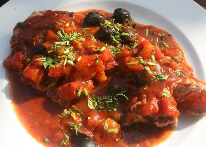 La bistecca alla siciliana si realizza sbucciando l'aglio e lasciandolo imbiondire nell'olio in padella per poi eliminarlo e cuocere la carne. Scopri i passaggi per cucinare la bistecca alla siciliana.