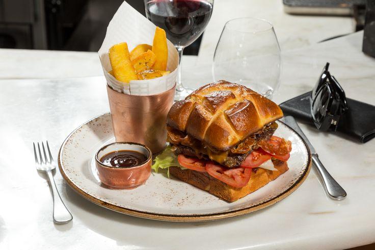 Jncquoi Hamburguer (with brioche, lettuce, onion, tomato and cheese). #jncquoi #restaurant #restaurante #restaurants #food #foodie #finedining #portuguesefood #comfortfood #meatlovers #luxury #lisbon #portugal