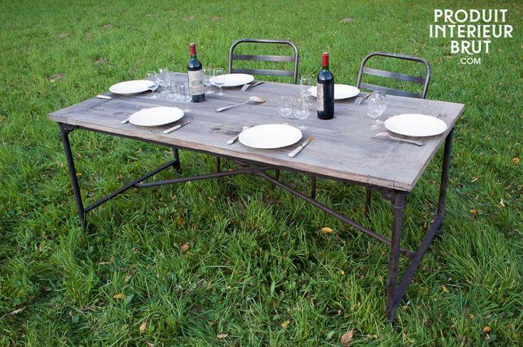 Een grote eettafel om heerlijk aan te dineren met vrienden en familie. Ook te gebruiken in de tuin voor een barbecue.