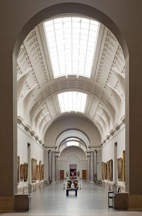 El museo de arte es muy hermoso y grande. A mí me gusta el arte aquí.