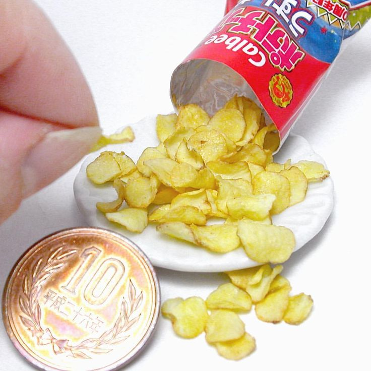 ミニチュア カルビーポテトチップス 樹脂粘土で制作 堅あげポテトっぽいかも ポテトチップスの作り方は #ブティック社 様から発行の「樹脂粘土で作るあの有名お菓子のレシピ」に掲載してあります 袋の作り方は載せていませんので、本物の袋をスキャンし、縮小してプリントアウトしたものを組み立てて下さい #ミニチュア #ミニチュアフード #ポテトチップス #カルビー #カルビーのポテトチップス #カルビーポテトチップス #樹脂粘土 #お菓子 #おやつ #食品サンプル #うすしお #ポテト #ジャガイモ #ポテチ #miniature #miniaturesnack #miniaturefood #calbee #foodsamples #potatochips