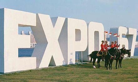 Die Gendarmerie royale du Canada au Québec vor dem Expo-Schriftzug