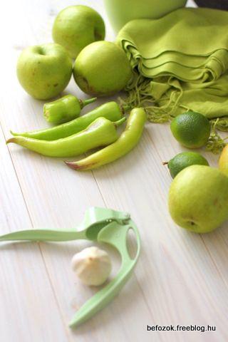 Chilliszósz                    ...így lett golden almából (granny smith még jobb lett volna), és zöld hegyes erős paprikából...