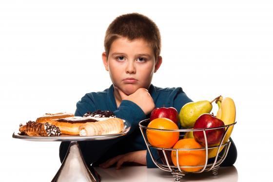 Správný jídelníček dětí je základem pro zdravý růst a vývoj dětí. Dětská obezita se však bohužel stává celosvětovým trendem. Na otázky spojené se stravováním dětí jsme se zeptali Petra Havlíčka, výživového specialisty, odborného garanta Vím, co jím a otce, který poctivě chystá svačiny.