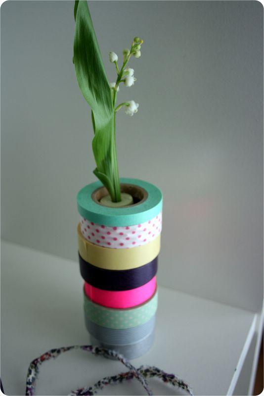 Un brin de muguet dans un tube à essai, caché pour une colonne de rouleaux de masking tape, facile & joli ! (by Emilie sans chichis)