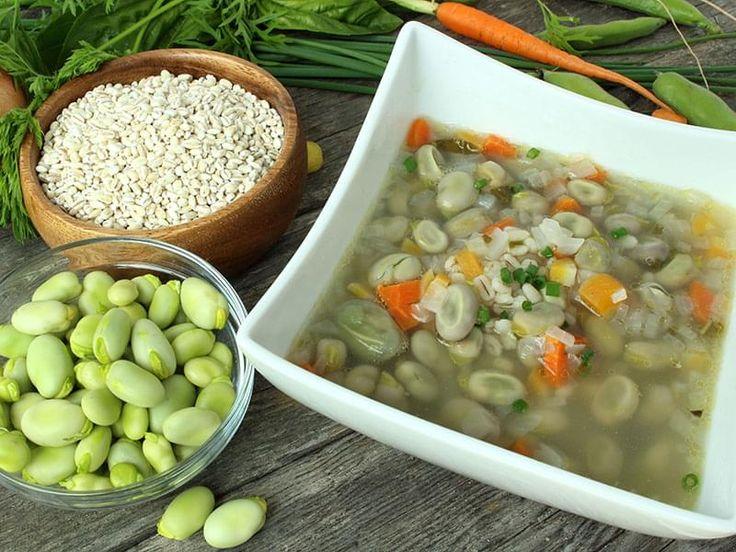 """. Une soupe nourrissante et réconfortante qui met en valeur la gourgane ou """"fève des marais"""". La recette originale de la région du Saguenay (Québec) emploie du lard salé, omis ici pour la rendre plus """"santé""""."""