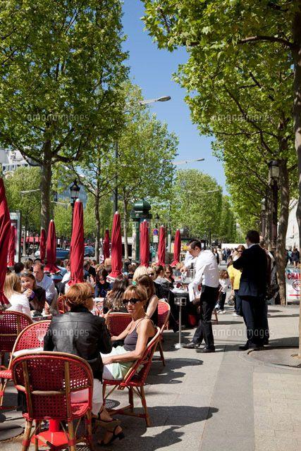 夏はシャンゼリゼ通りのカフェテラスでゆっくりとした時間を過ごしたい。パリの見所のひとつシャンゼリゼ通りを集めました!