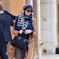 shopping inspirado en el estilo de calle de Anne Hathaway tras su corte de pelo: abrigo camel y zapatillas con cuña | Galería de fotos 3 de 22 | Vogue