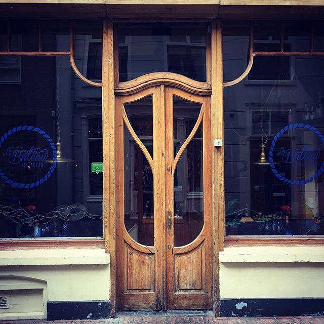 Het hele weekend zaten we in Den Bosch en ik zag er veel mooie huizen en deuren. Zoals deze bruine deur die me wat aan art nouveau doet denken. (116/366)  I spent the weekend in Den Bosch in the Netherlands and saw many beautiful houses and doors. This brown door reminds me of art nouveau. (116/366)  #browndoor #artnouveau  #denbosch  #shertogenbosch #door #doors #rsa_doors #puertas #rsa_doorsandwindows #doorlovers #adooraday #doorcrazy #doorproject #doorsondoors #doorsworldwide #doorporn…