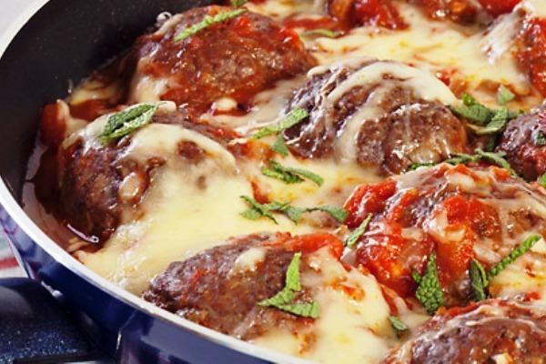 Κεφτεδάκια στο τηγάνι με κόκκινη σάλτσα και μοτσαρέλα