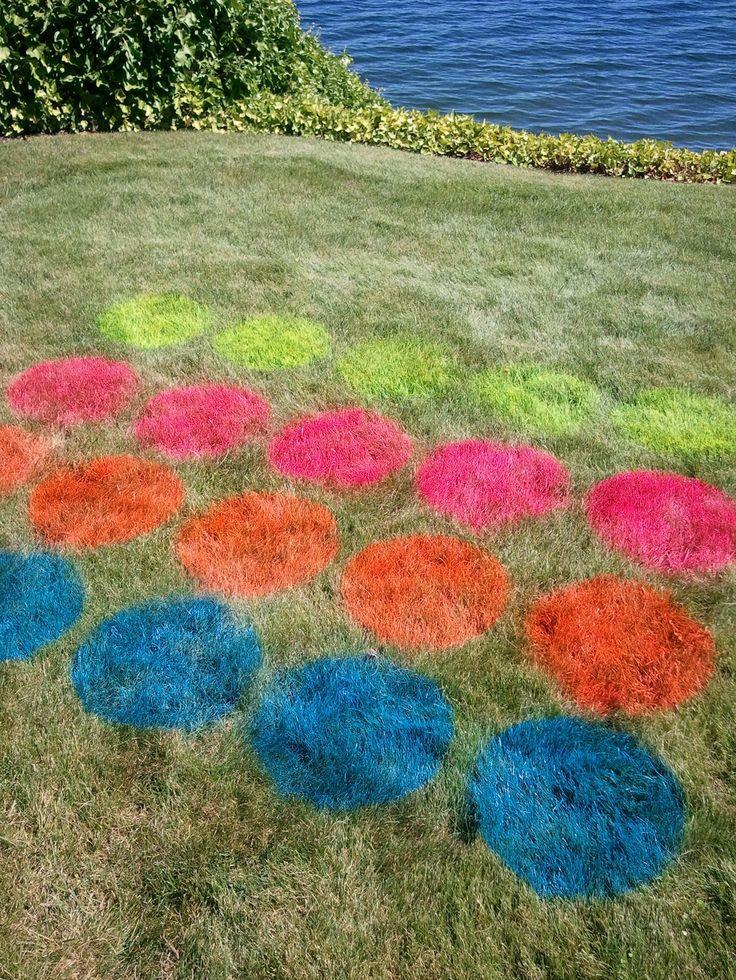 Tijd voor een spelletje twister! Gebruik milieuvriendelijke spray paint om de velden te markeren - Zwembadplein #twister #DIY