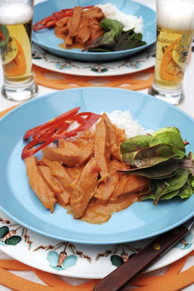 En riktig svensk klassiker och perfekt vardagsmat som går snabbt att laga. Här är ett klassiskt och underbart gott recept med falukorv, senap, tomat & lök.