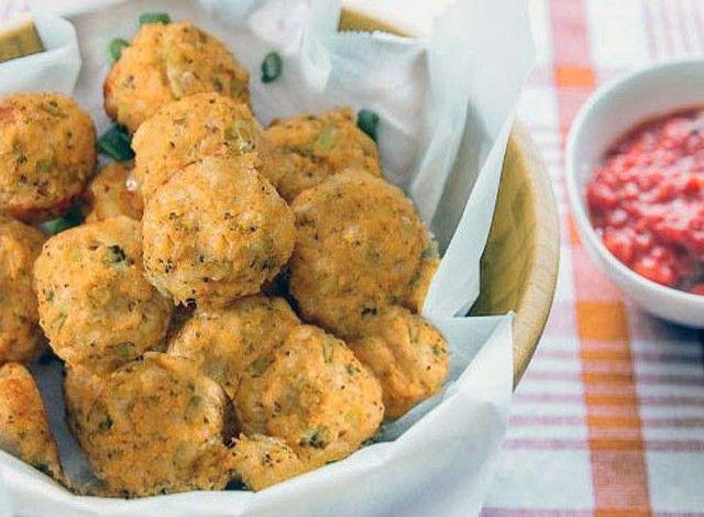 """Le polpette al curry con carote e zucchine sono semplicissime da preparare e allo stesso tempo molto gustose. Sono un piatto molto versatile in quanto possono essere servite come finger food durante i vostri aperitivi o come un secondo piatto sfizioso accompagnato da un'insalata di stagione. La cottura in forno, inoltre, permette di mangiare queste polpette con meno sensi di colpa in quanto più sane delle loro """"sorelle"""" fritte."""