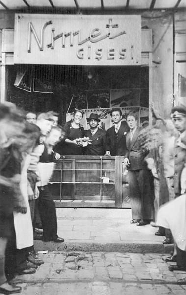 1938 yılında zamanın valisi ve belediye başkanı merhum Lütfü Kırdar ' ın Eminönü meydanının genişletilmesiyle ilgili başlayan istimlâk çalışması nedeniyle şimdiki yerine taşınmıştır.