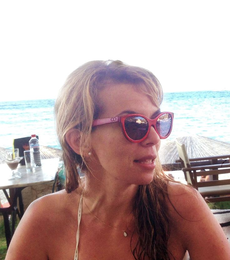 "Cat-Eye design ""Isolde"" goes to the beach with Chrissa ! Isolde-Padouk Red"