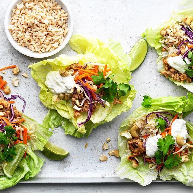 Är det tacos idag? Testa en ny variant på denna älskade rätt med kokos och thai curry smaker 😍🎉🌮 #arlaköket #arla #recept thaifood salladsbar kålwrap lågkalori cashewnötter kyckling lime chili koriander yoghurt sås dipp