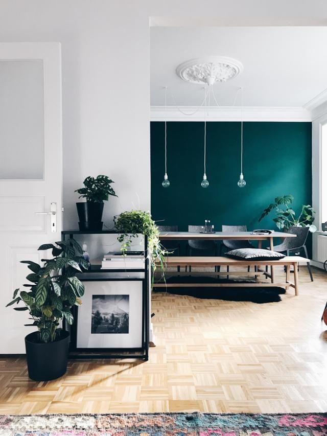 Wir lieben die Wohnung von kristina.ahoi! Mehr Bilder auf COUCHstyle.de #grün #wandfarbe #holzboden #altbau