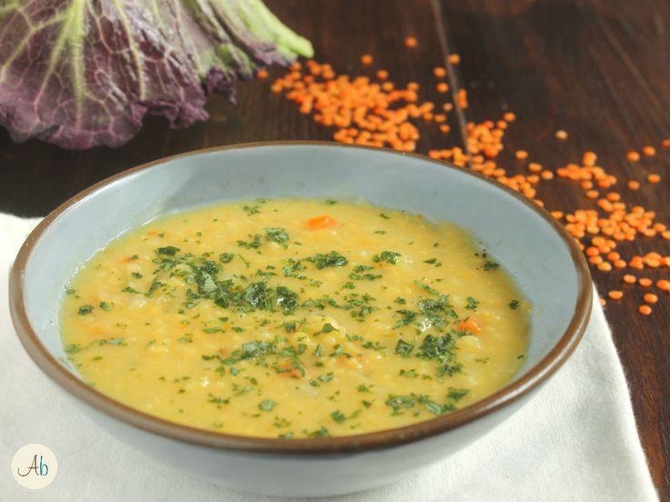 Zuppa di Verza e Lenticchie Rosse - cosa c'è di meglio di una buona minestra d'inverno?Fare il pieno di verdura e legumi aiuta a superare la brutta stagione