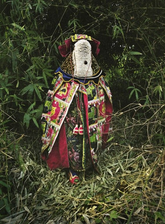 先祖の霊となり人々と交信するブードゥー教の祭りに使用される色鮮やかな衣装(西アフリカ・ベナン)