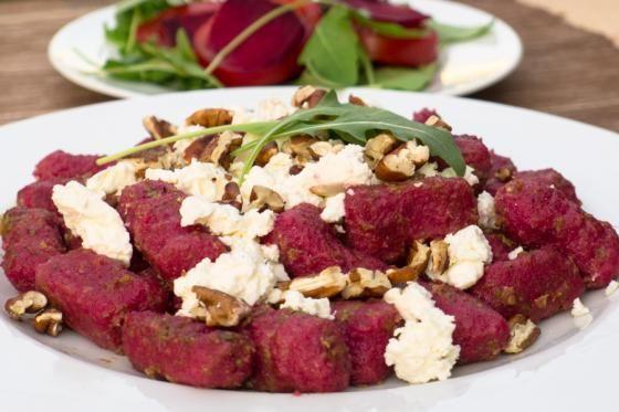 Máme pro Vás další zdravý recept v podobě bezlepkových noků z červené řepy s kozím sýrem, ořechy a bazalkovým pestem, doplněné rukolovým salátem.
