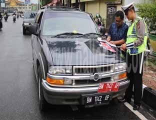 Hitamkan Plat, Mobil Dinas PNS Dispora Ditilang