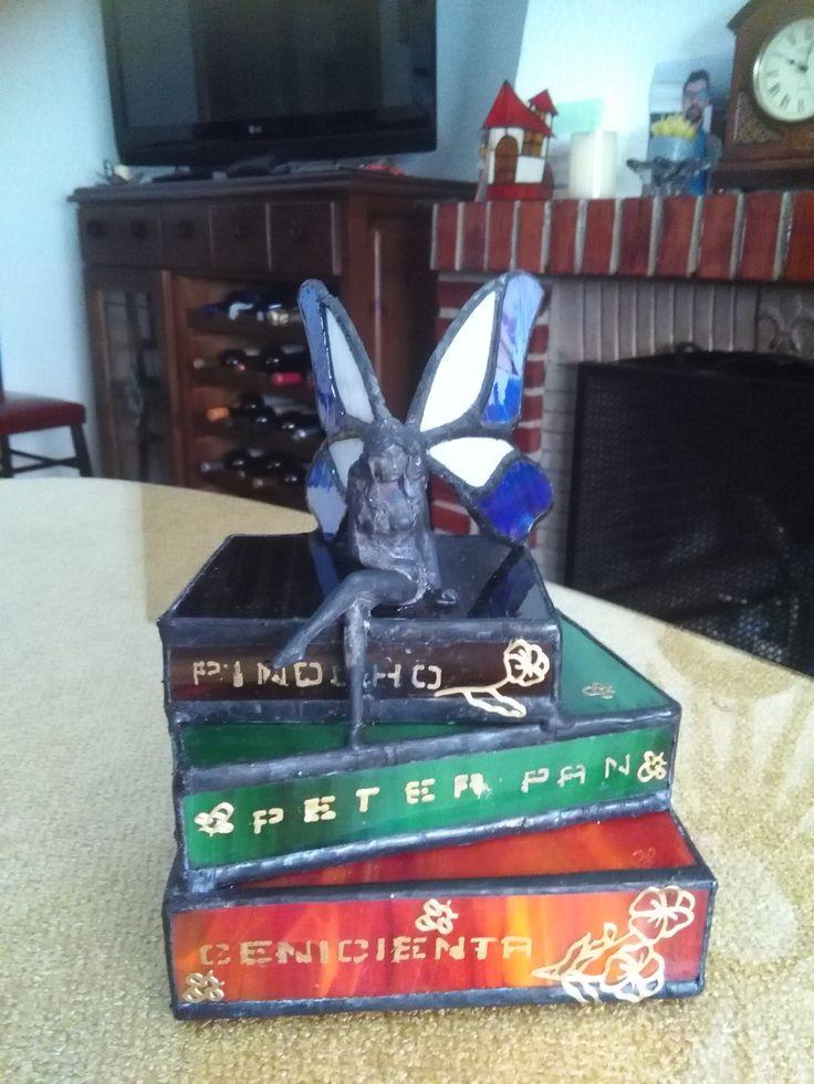 Ninfa sentada sobre libros de cuentos.
