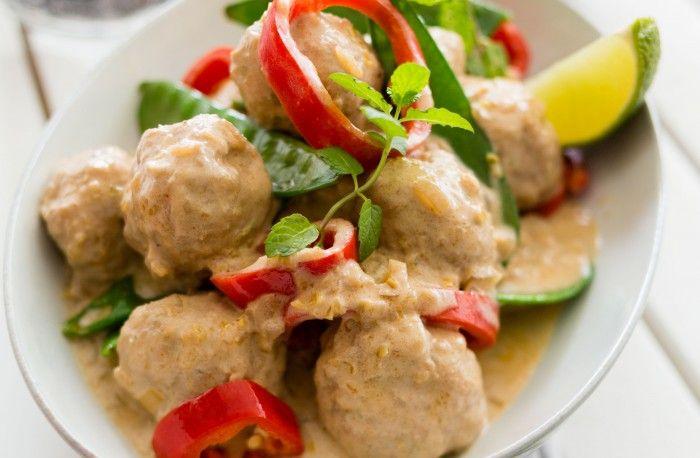 Recept på Kalkonfärsbullar i röd curry- och kokossås med ris